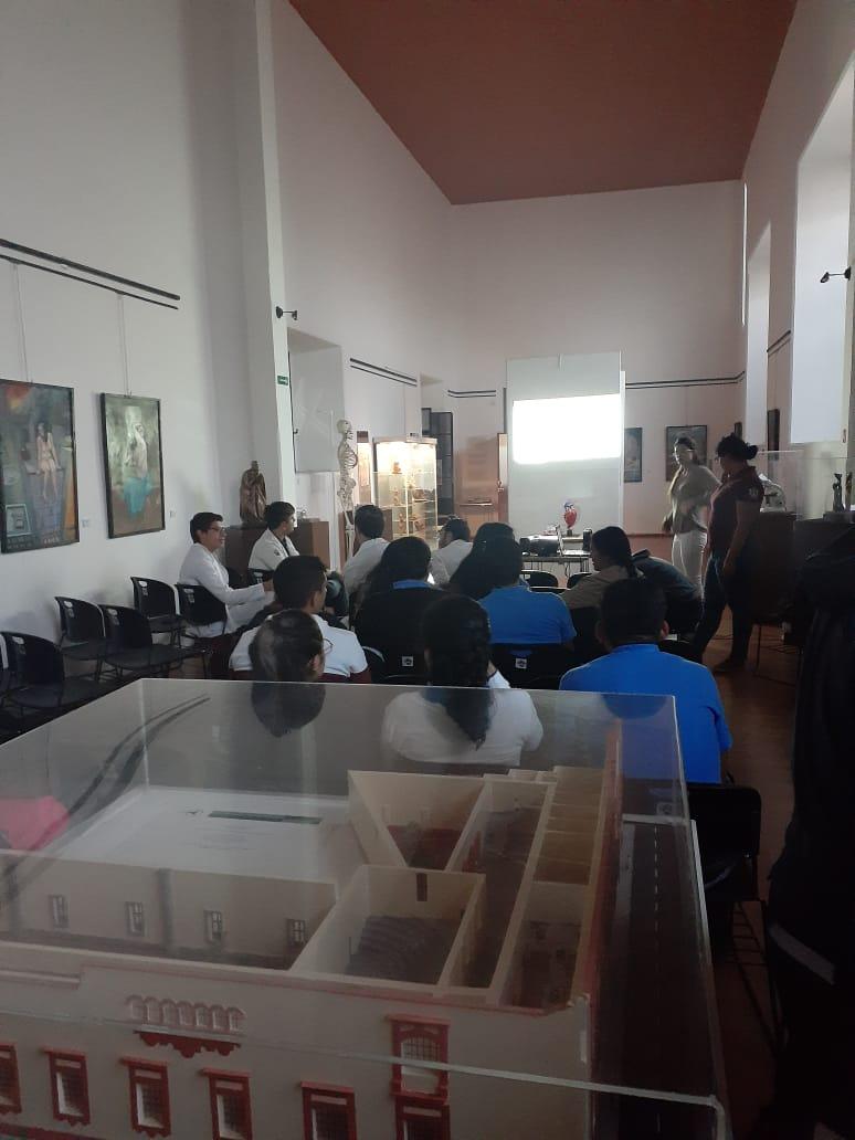 Alumnos en Conmemoración por el Día Mundial de Corazón, toma desde atrás del Museo