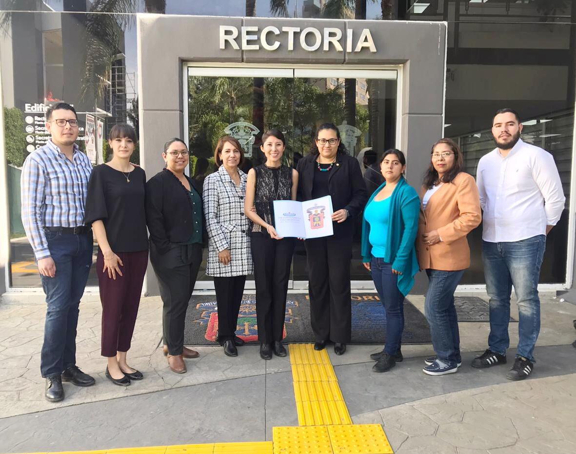 Foto grupal del equipo de Enfermería Basado en Evidencia afuera de la Rectoría del CUCS
