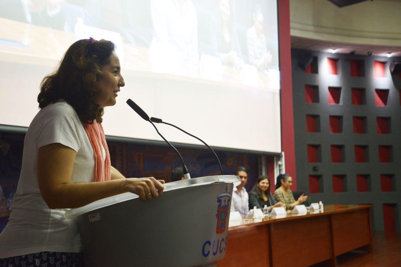 Dra. Barbara Vizmanos al micrófono en el podio