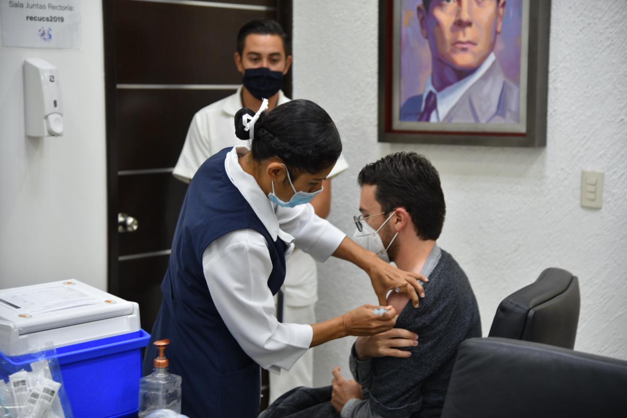 Enfermera aplicando vacuna a personal de Rectoría del CUCS