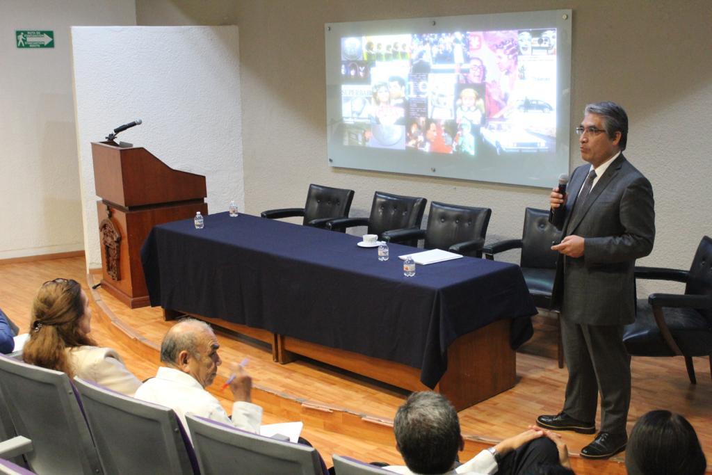 Subdirector del ISSSTE impartiendo conferencia