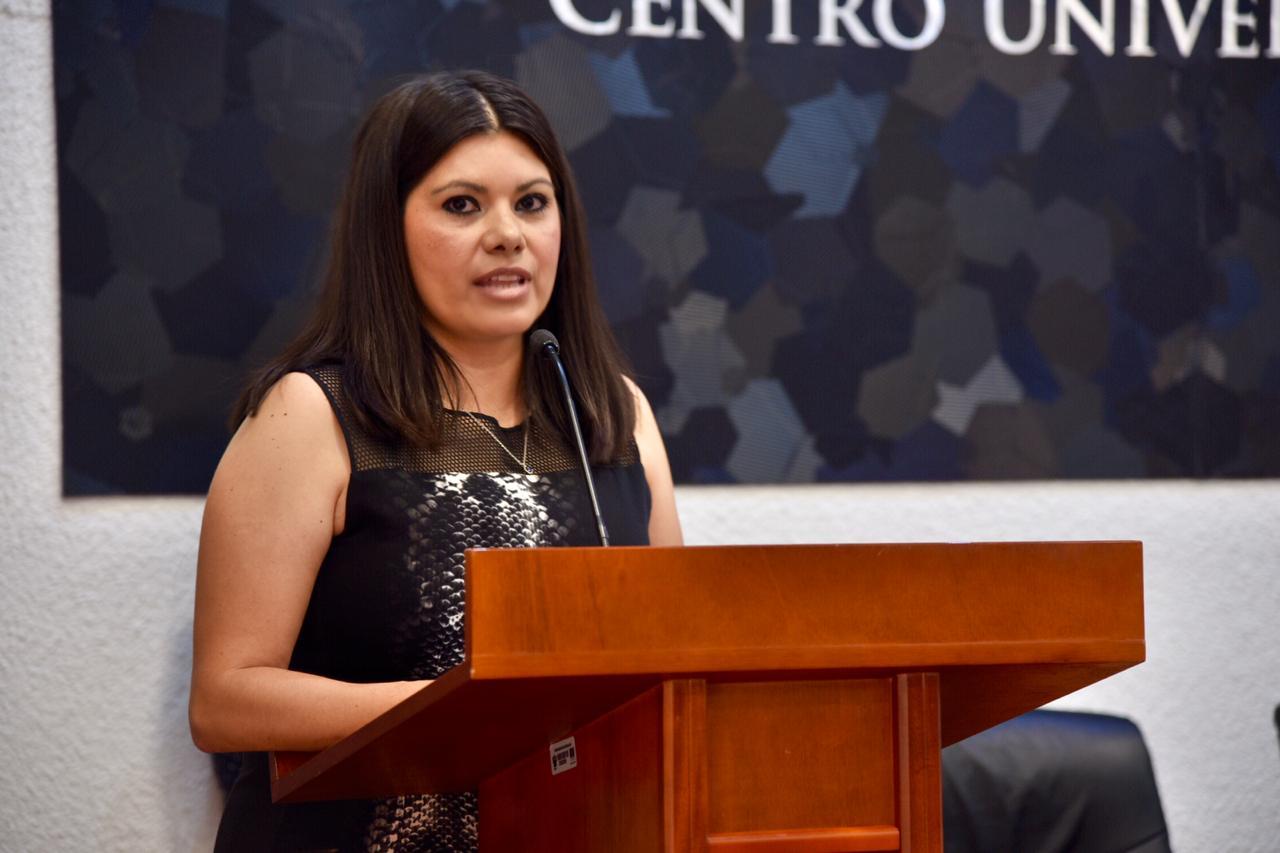 Coordinadora de la Especialidad, ofreciendo mensaje a graduados
