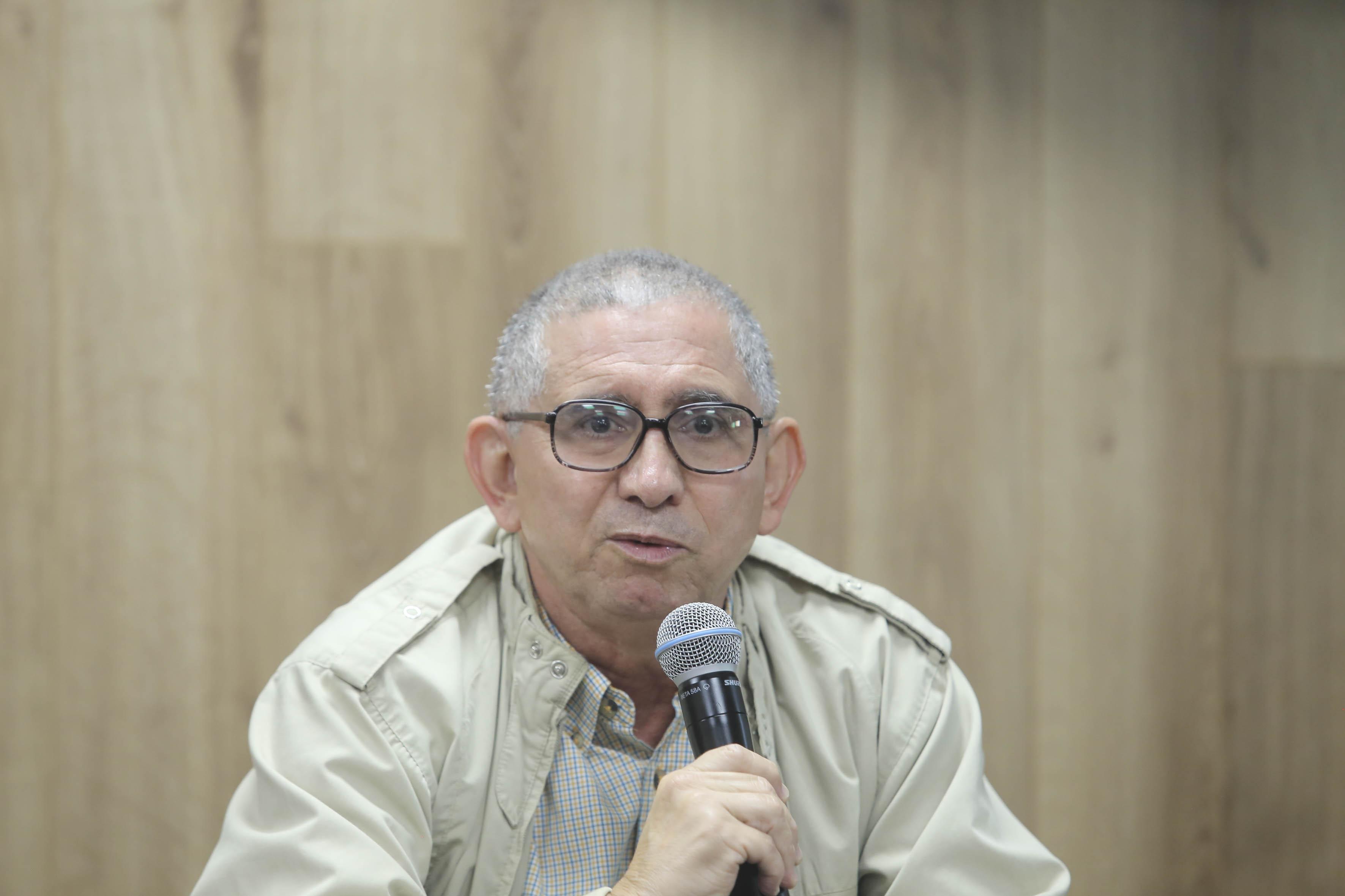 Dr. Alberto Ríos Cuevas al micrófono
