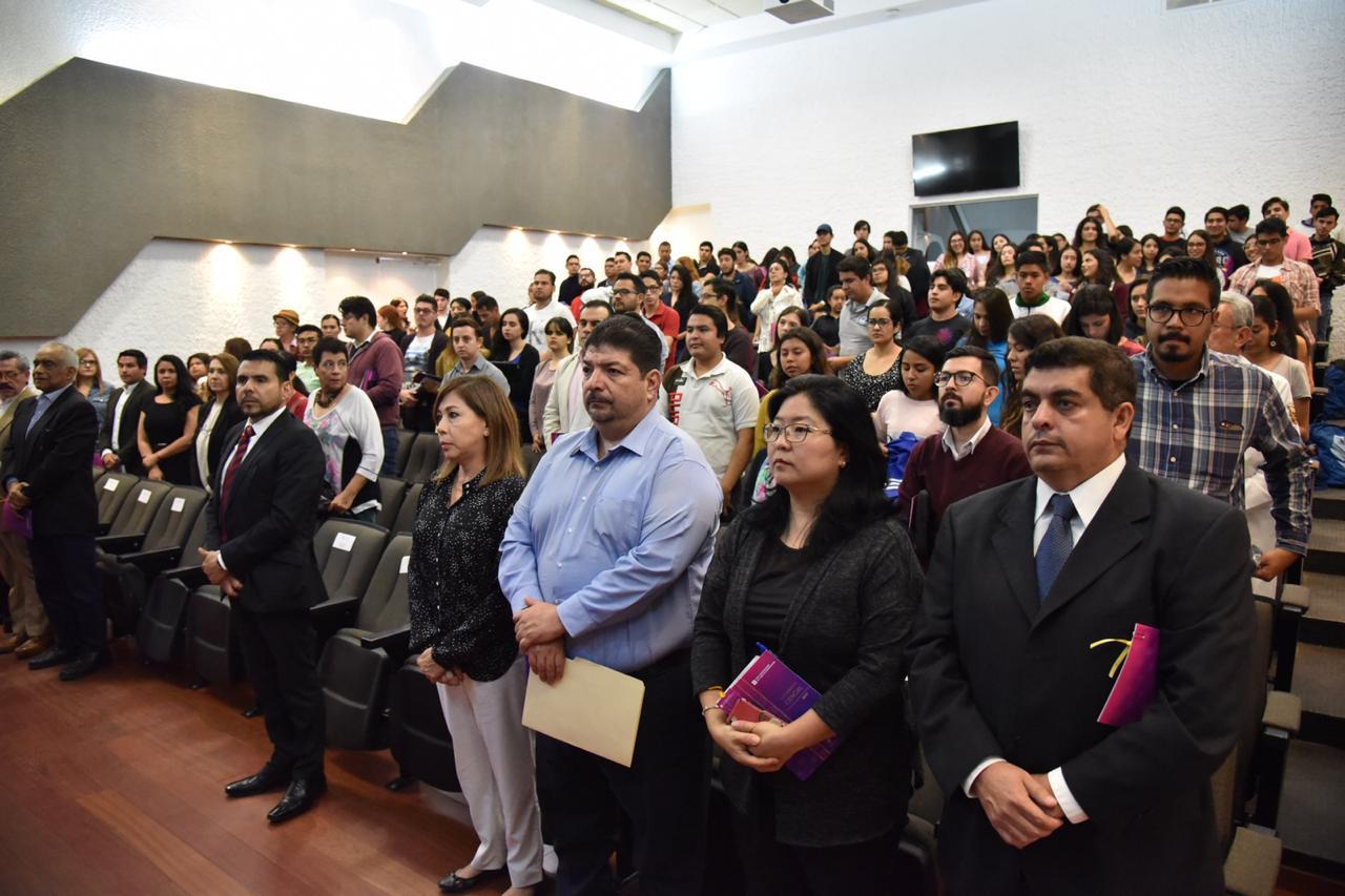 Publico de pie durante la declaratoria inaugural