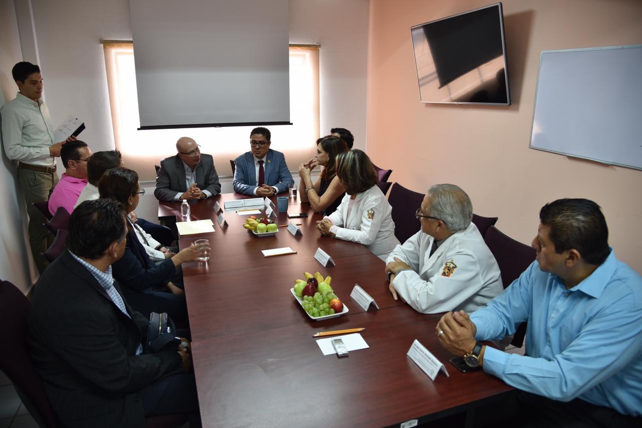 Grupo de funcionarios y autoridades en sesión de trabajo