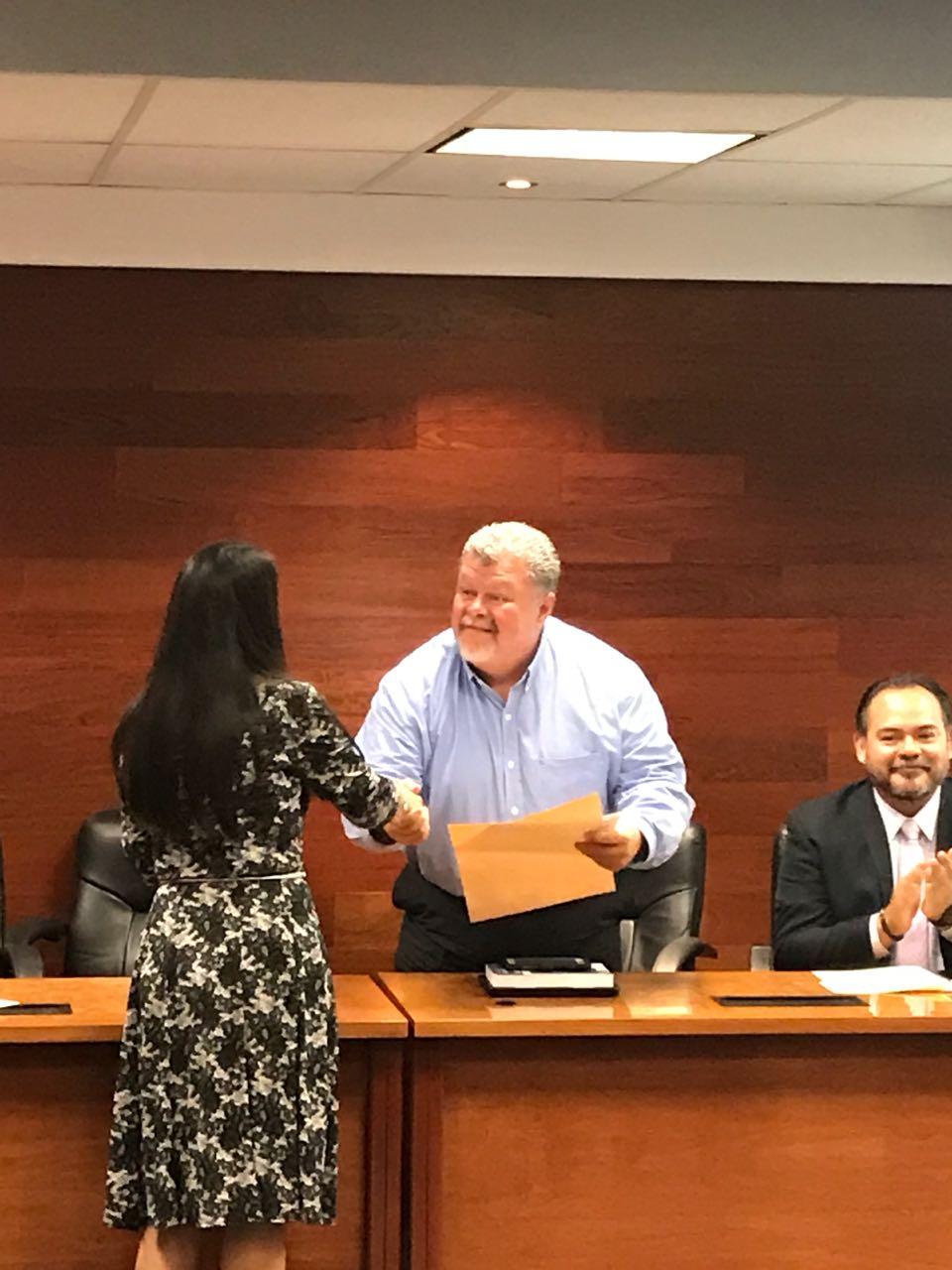 Dr. Navarro recibiendo reconocimiento