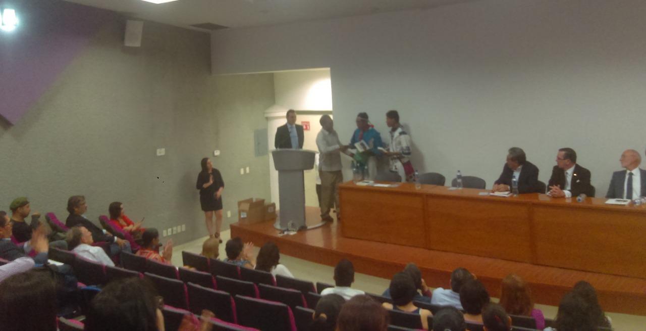 Entrega del libro a Don Antonio, representante de la comunidad Wixárica