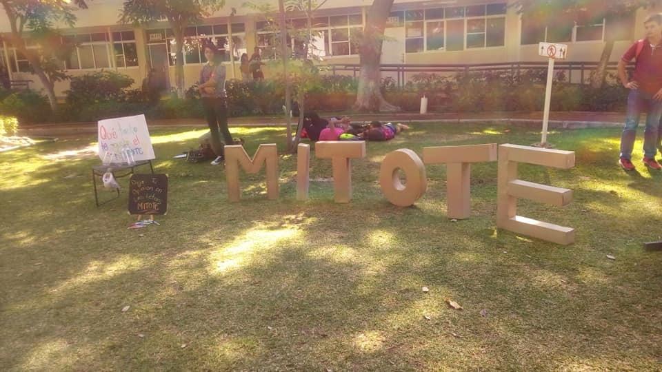Letrero con letras individuales de gran formato que componen la palabra MITOTE