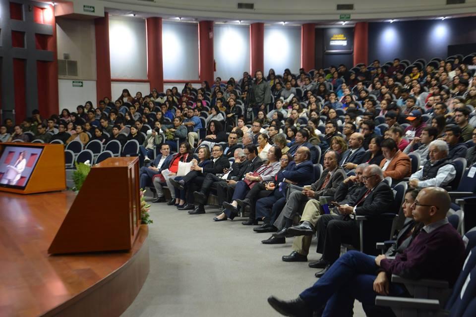 Dr. Rogelio Zambrano en podium dando mensaje de bienvenida