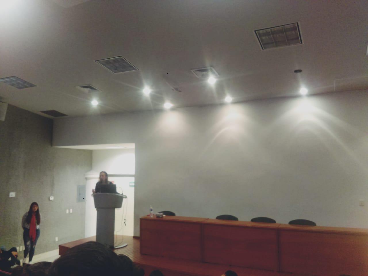 Dra. Lizet Yadira Rosales impartiendo conferencia desde el pódium