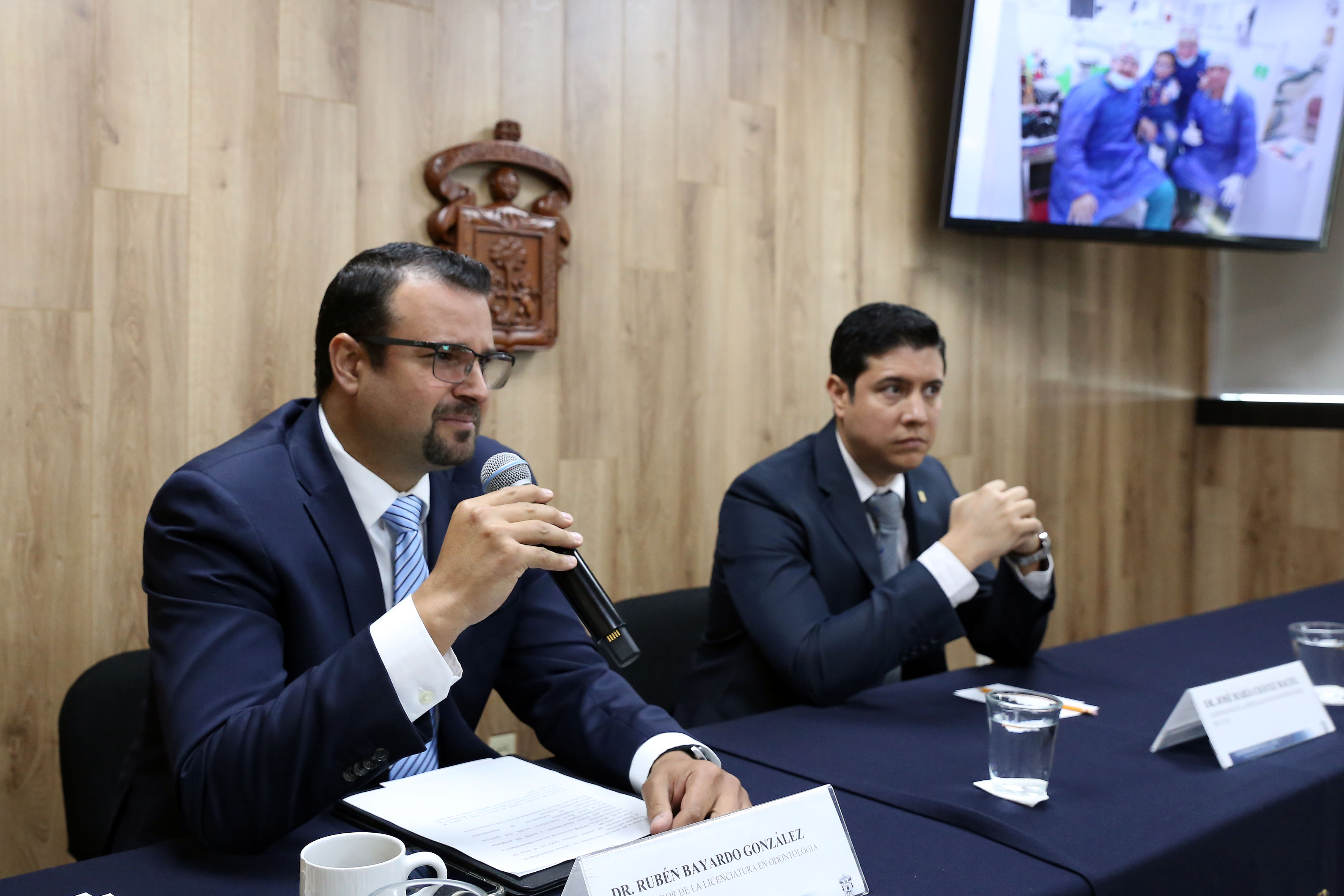 Dr. Ruben Bayardo González, al microfono en rueda de prensa
