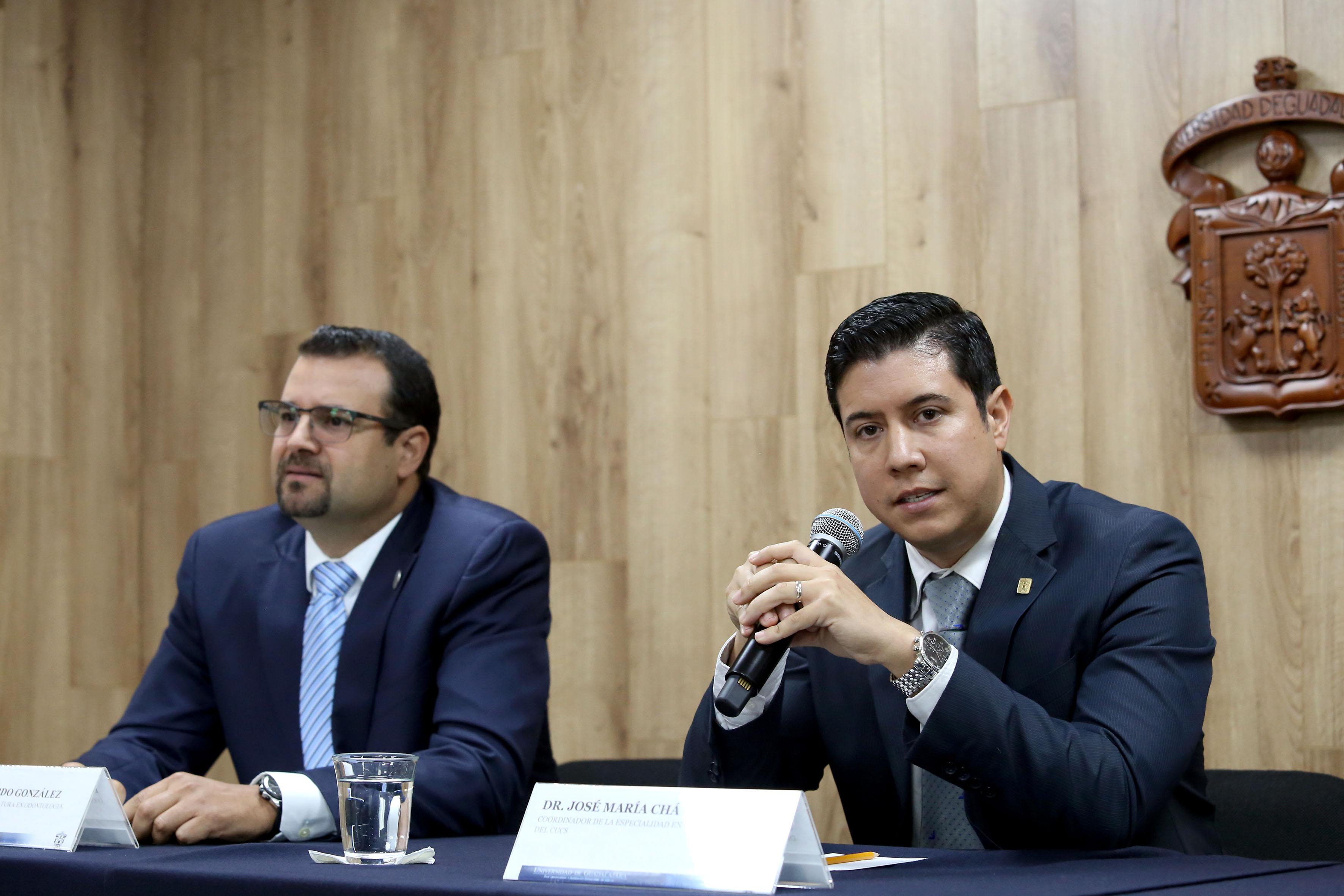 Dr. José María Chávez al micrófono en rueda de prensa