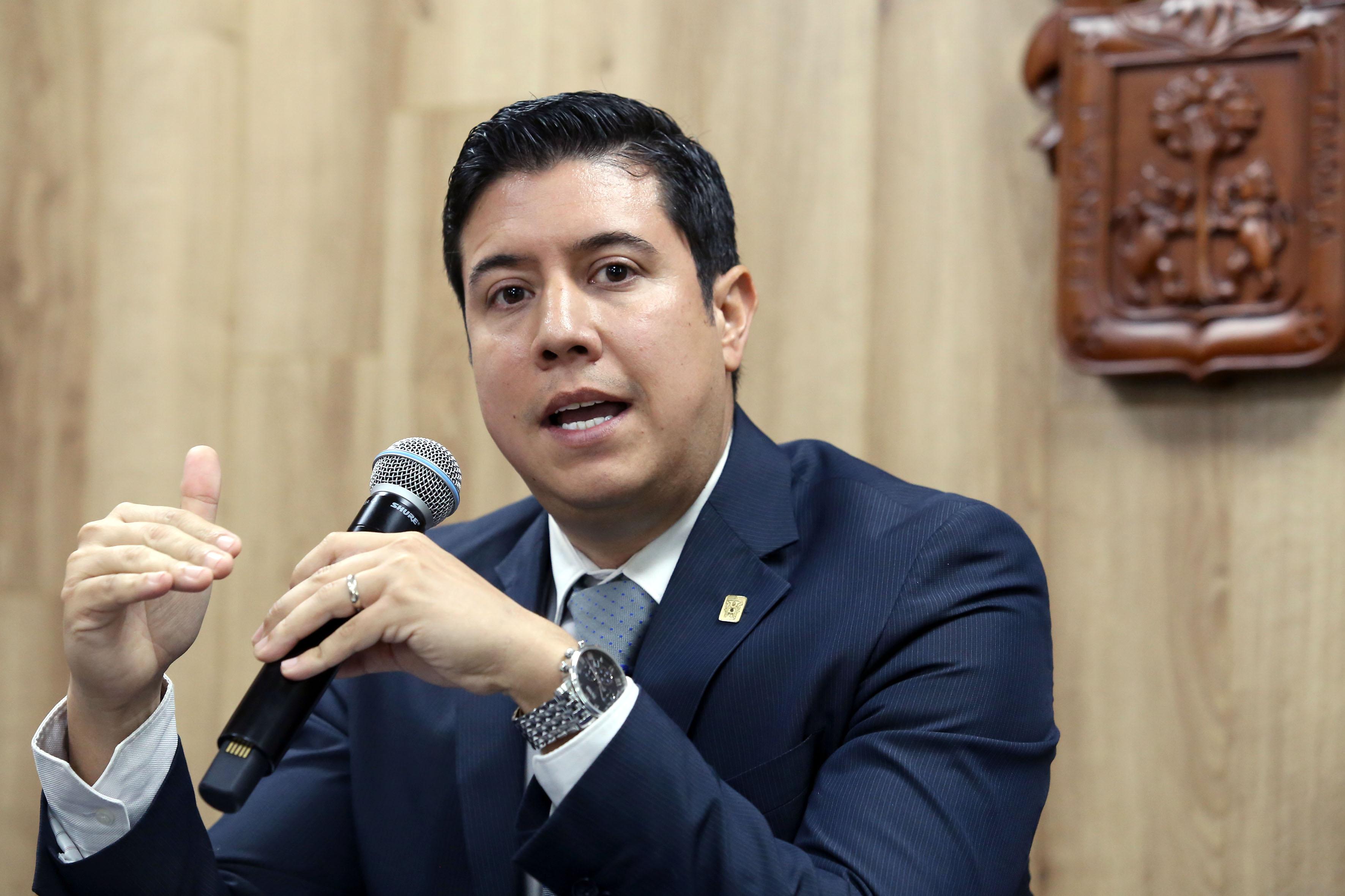 Dr. José María Chávez, foto individual haciendo uso del micrófono