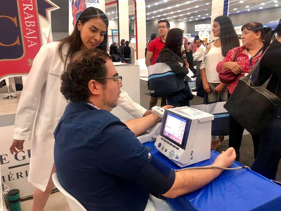 Paciente al que le toman presión arterial en Stand CUCS