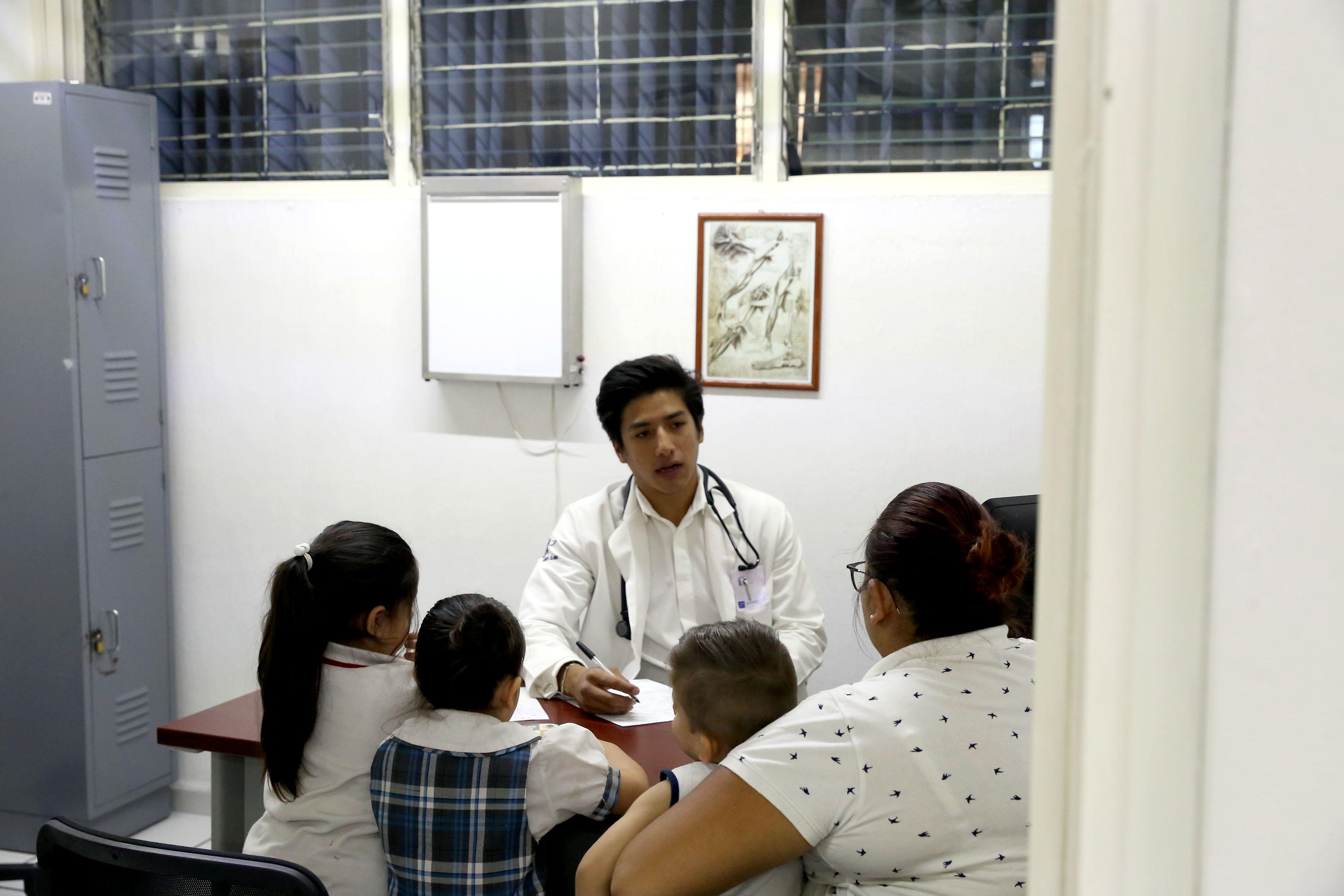 Médico pasante ofreciendo consulta