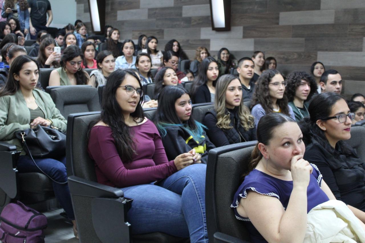 Alumnos atentos a las conferencias