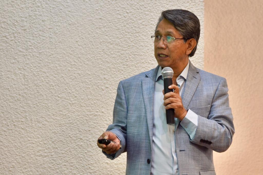 Dr. Noé Alfaro impartiendo conferencia, toma cerrada