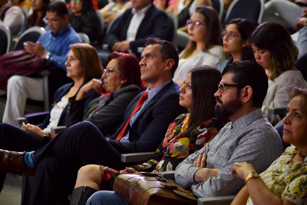 Académicos sentados escuchando mensaje del rector