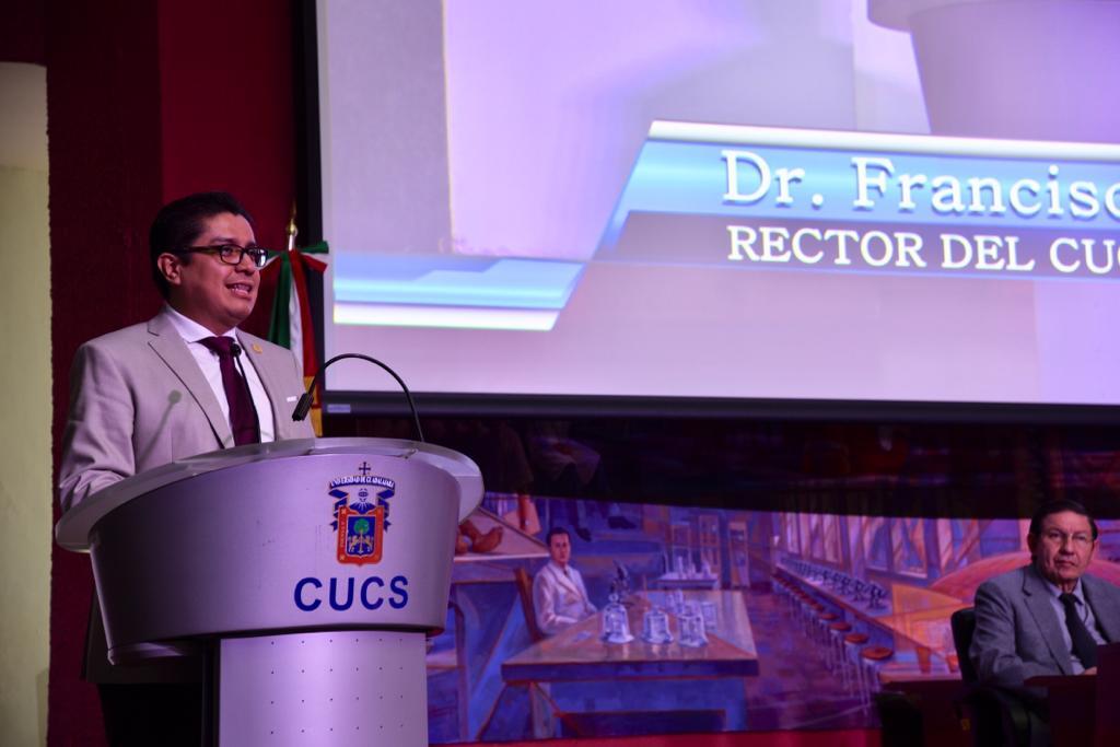 Rector del CUCS dando mensaje desde el pódium