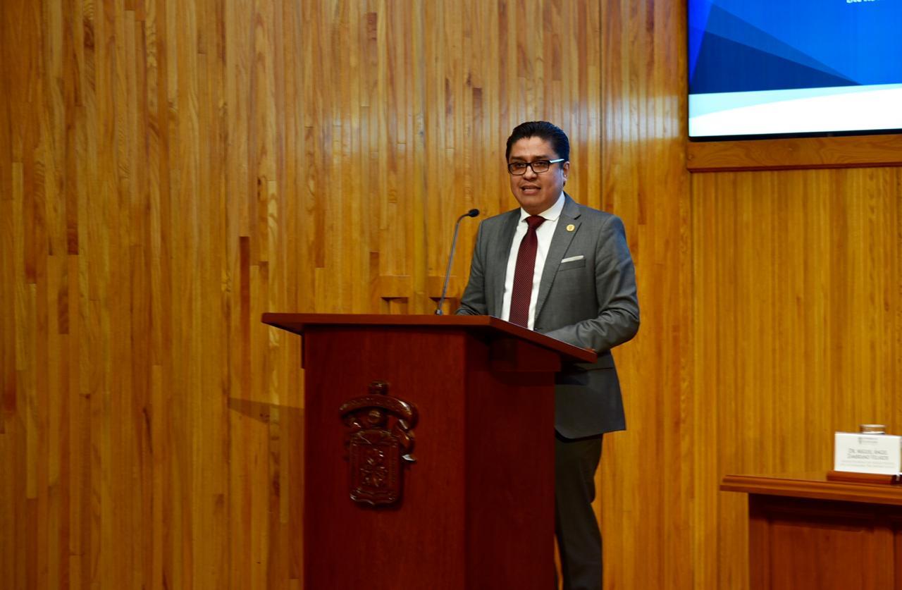 Dr. Muñoz dirigiendo mensaje desde el pódium en el Paraninfo