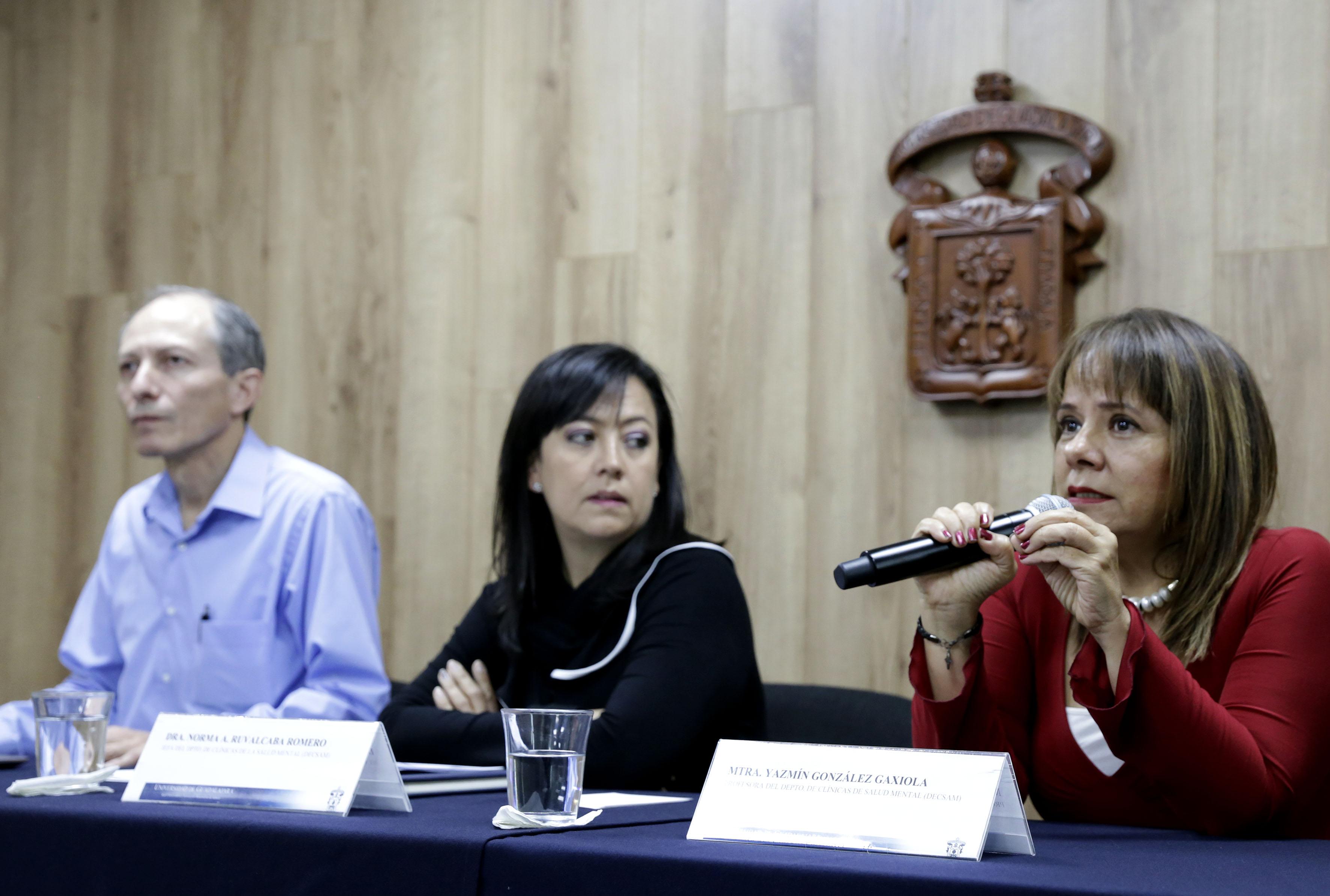 Mtra. Yazmín González al micrófono en la rueda de prensa