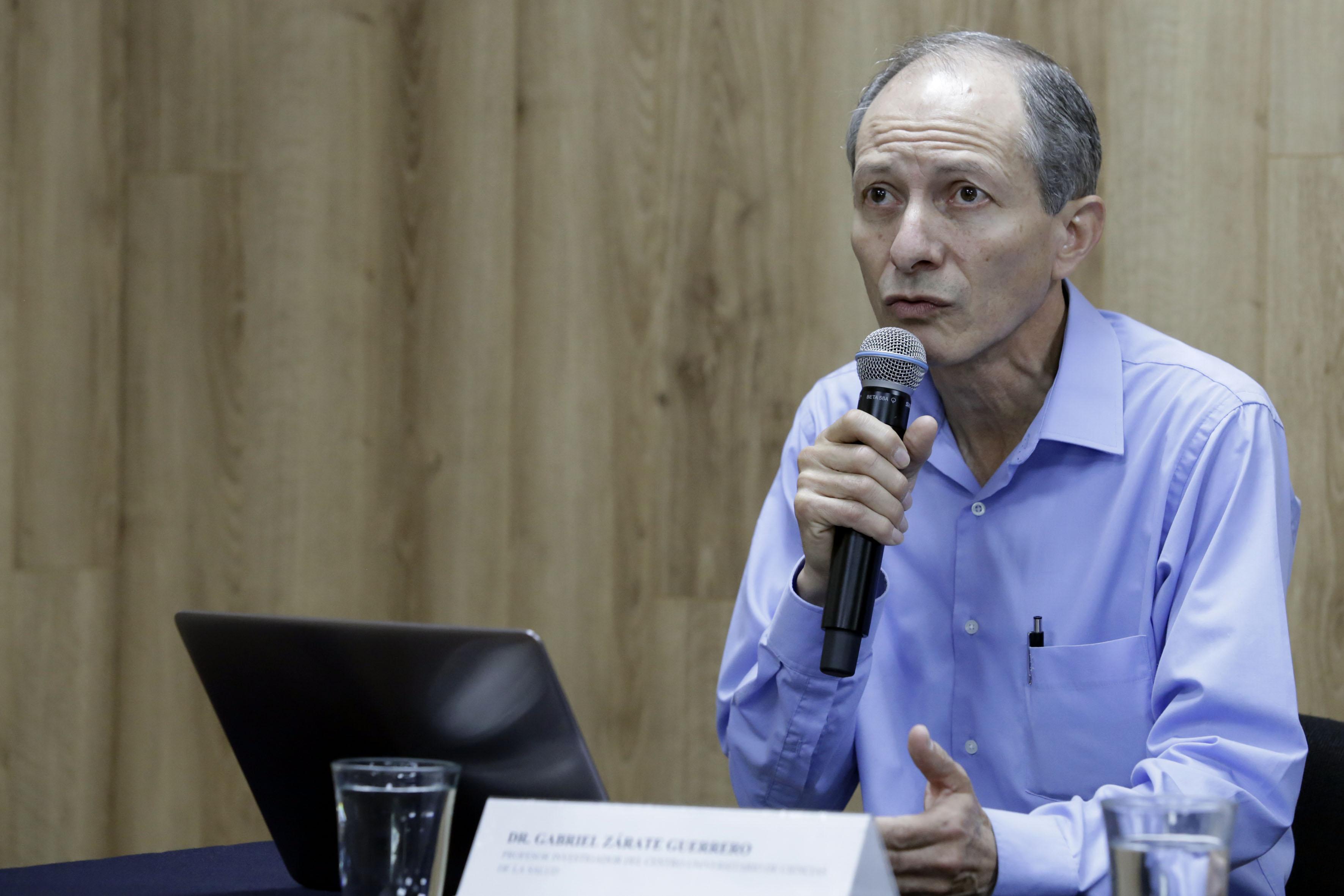 Dr. Gabriel Zárate al micrófono en la rueda de prensa