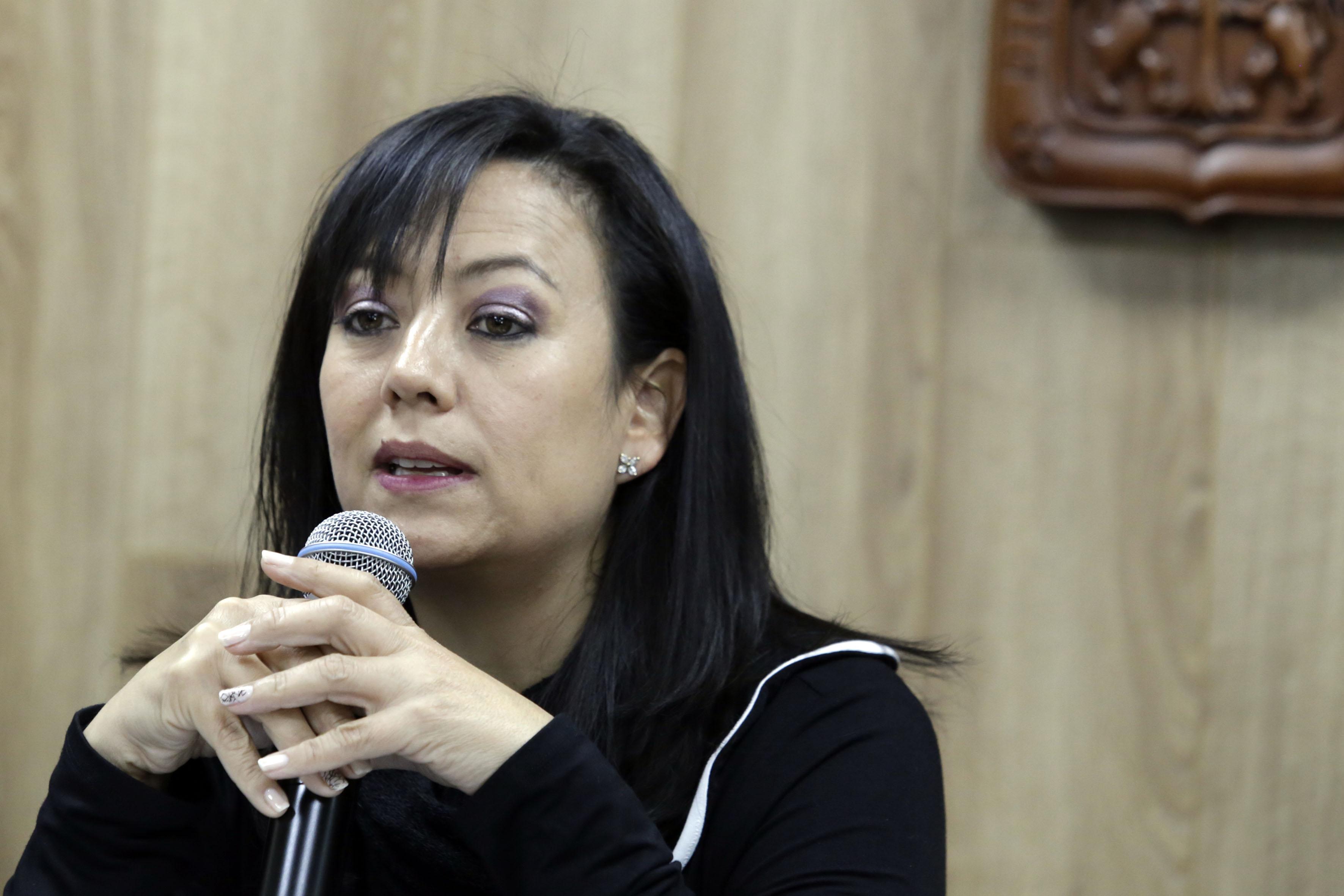 Dra Norma Ruvalcaba al micrófono en la rueda de prensa