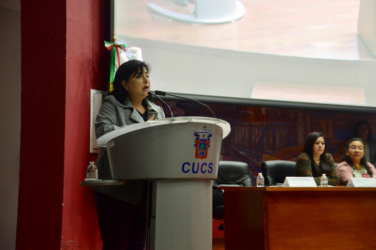 Dra. Mariana Rocío Cosío Ponce de León dando mensaje de apertura al proceso de reacreditación
