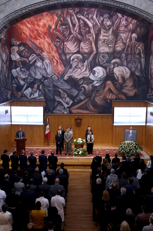 Guardia de honor en homenaje póstumo, en el pódium en rector general