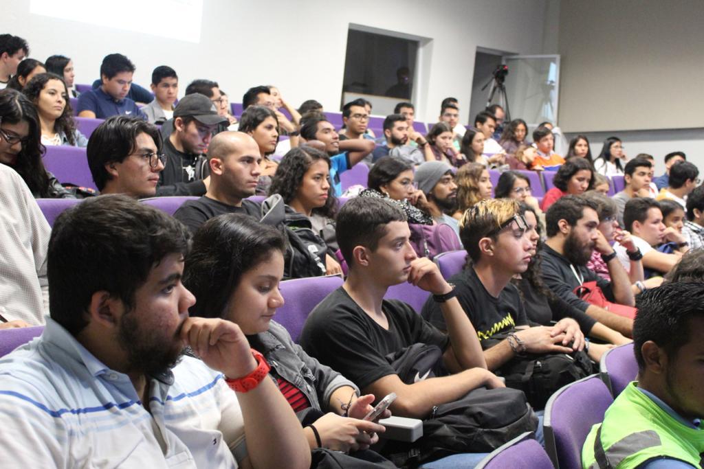 Vista general de los asistentes en auditorio a lleno total