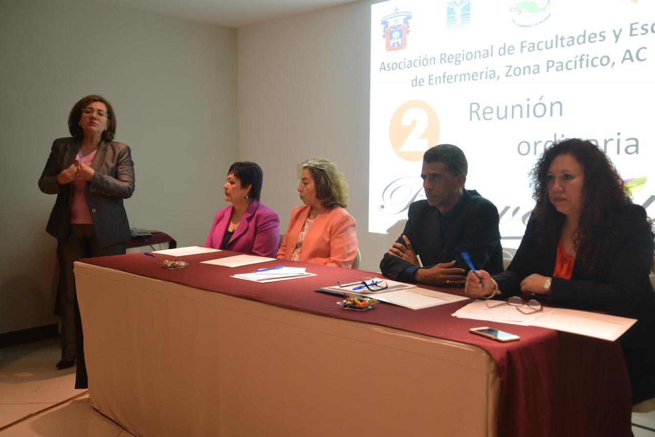 Dra Ana Mercado declarando inaugurada la reunión y miembros del presídium