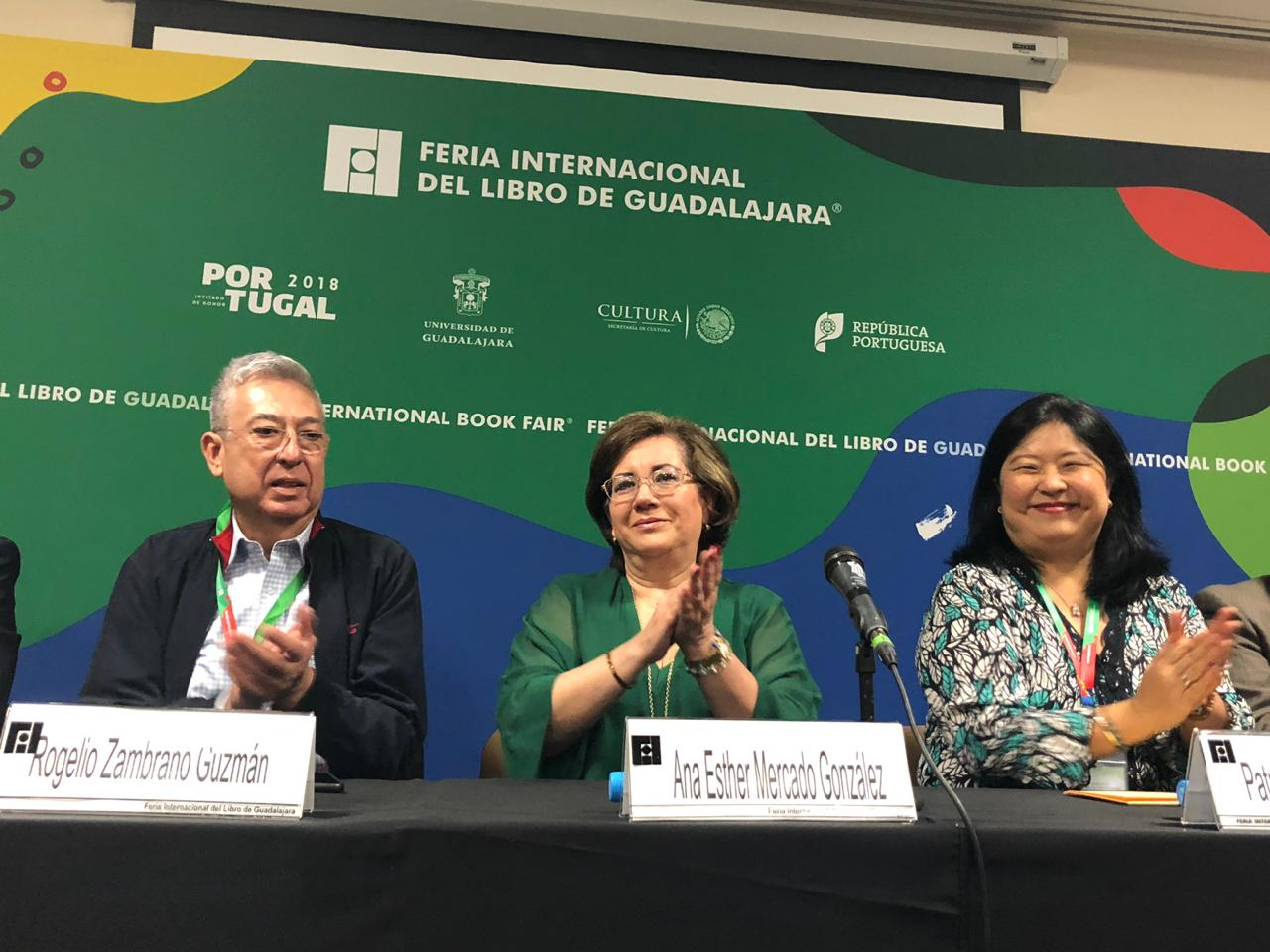 Dr Rogelio Zambrano, Dra Mercado y Lic. Yokogawa aplaudiendo