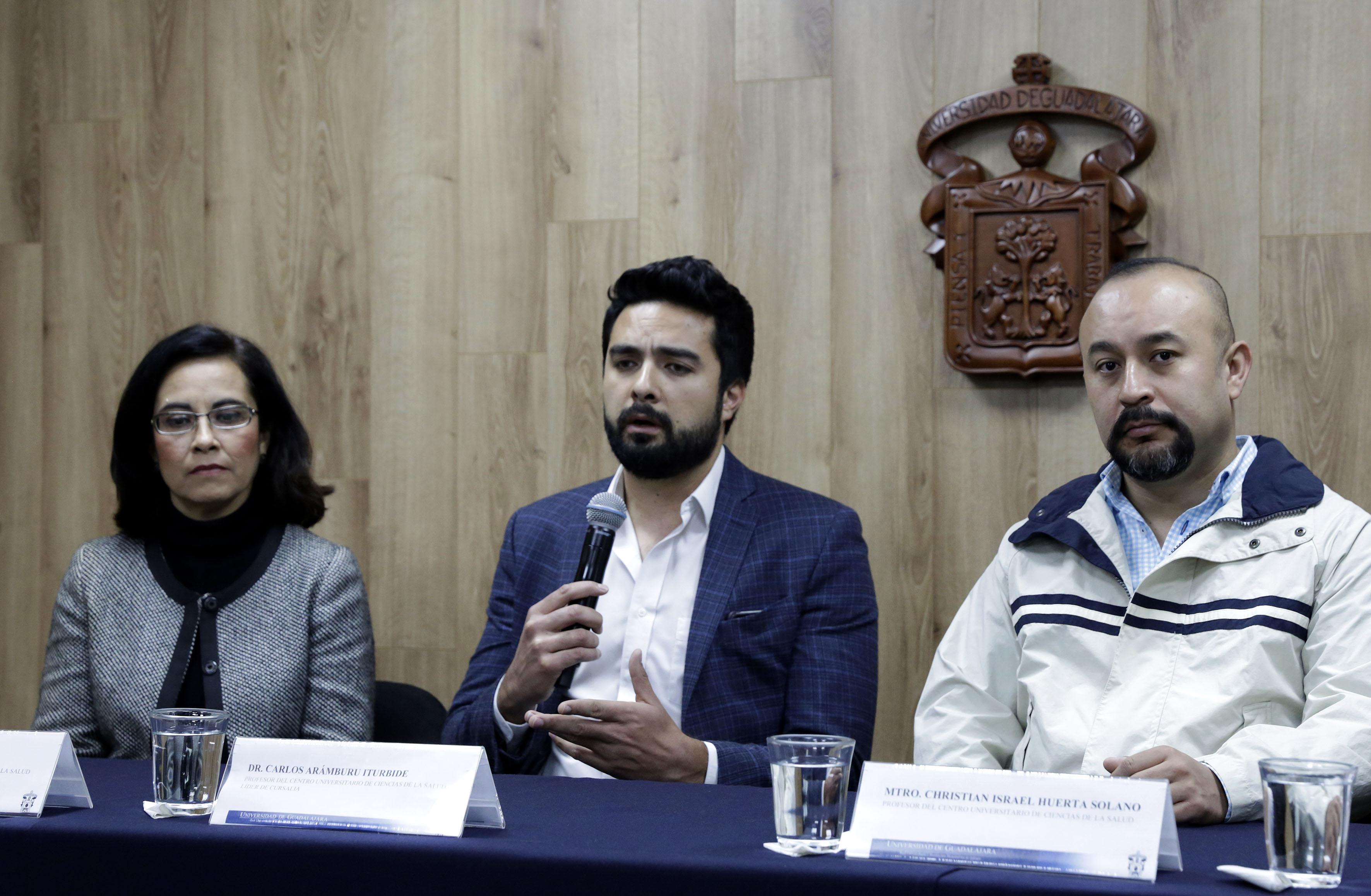 Dr. Carlos Aramburo al micrófono en rueda de prensa