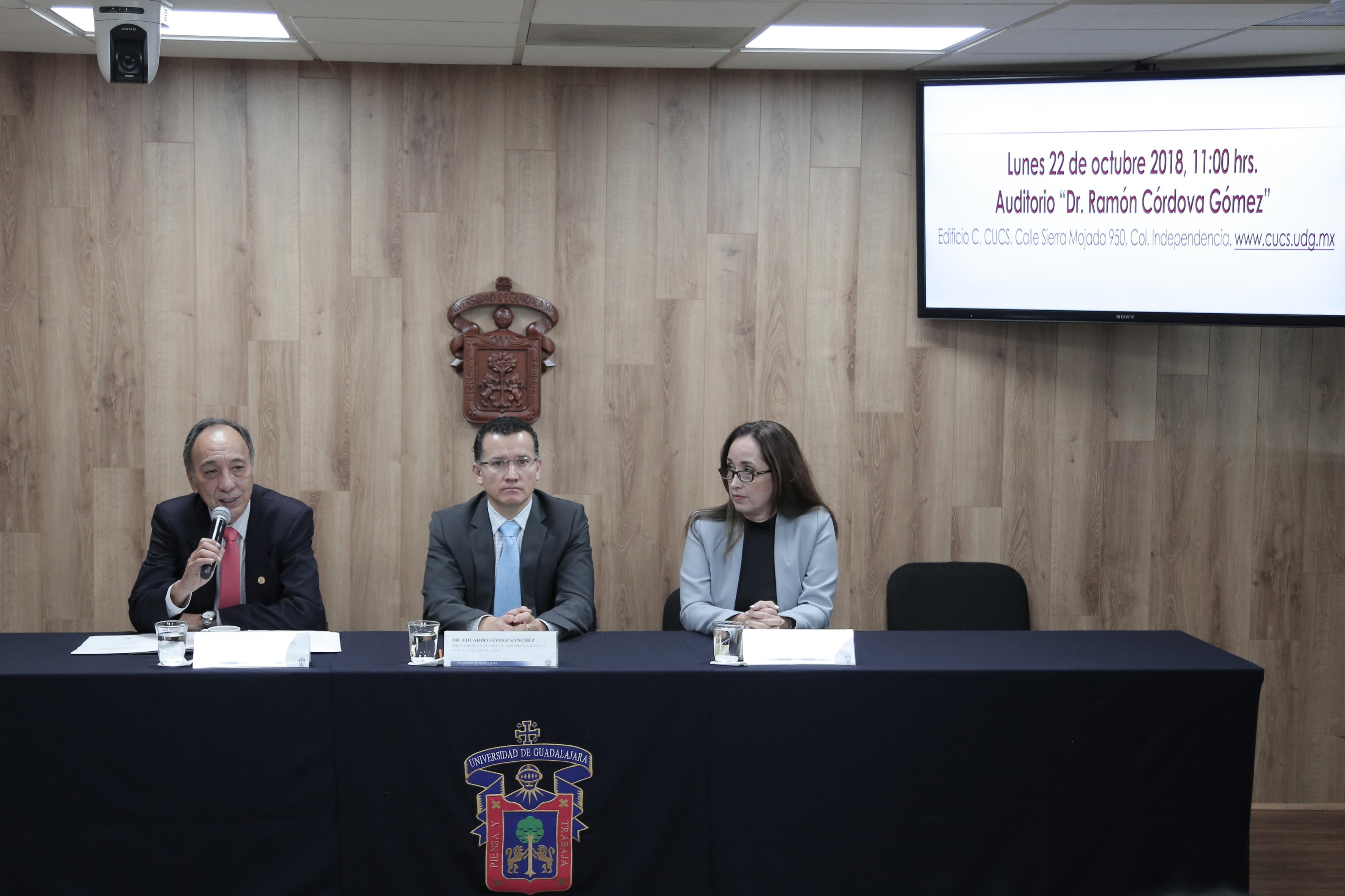 Miembros del presídium. Al micrófono Dr. Osmar Matsui