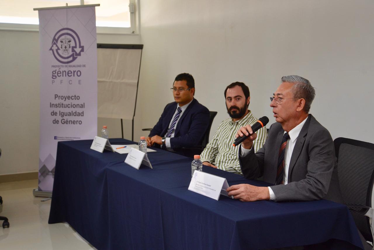 Miembros del presídium. Al micrófono el Dr. Rogelio Zambrano Guzmán