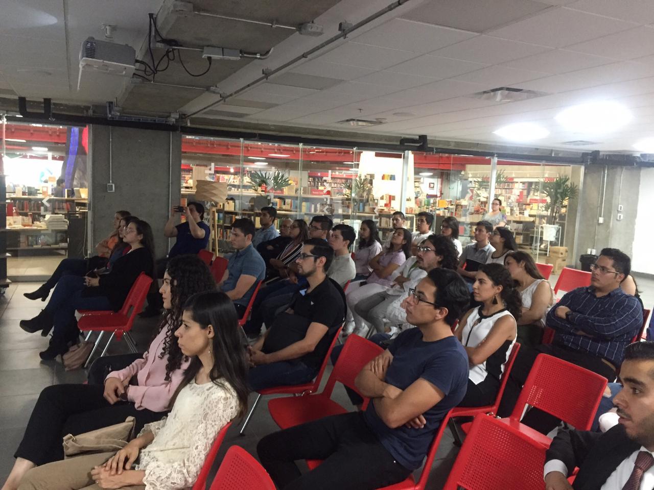 Público asistente a la presentación del libro
