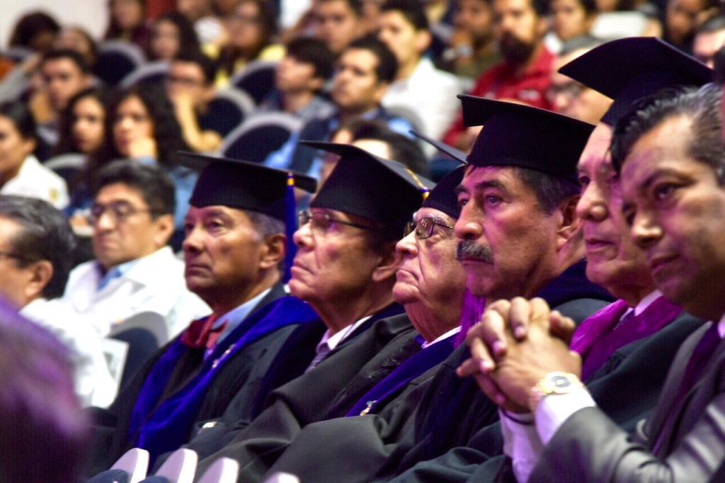 Miembros de la AMC y público en general en el auditorio durante acto inaugural