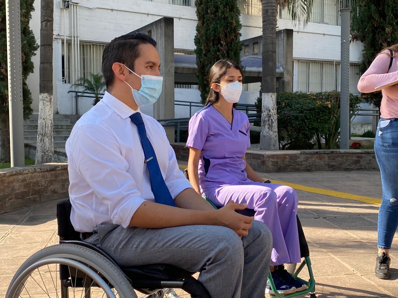 Coordinador de Terapia Física en silla de ruedas