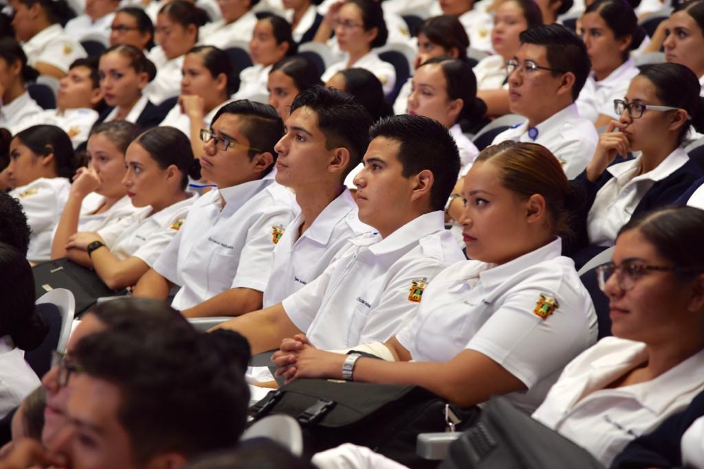 Enfermeros sentados en butacas, lucen en uniforme