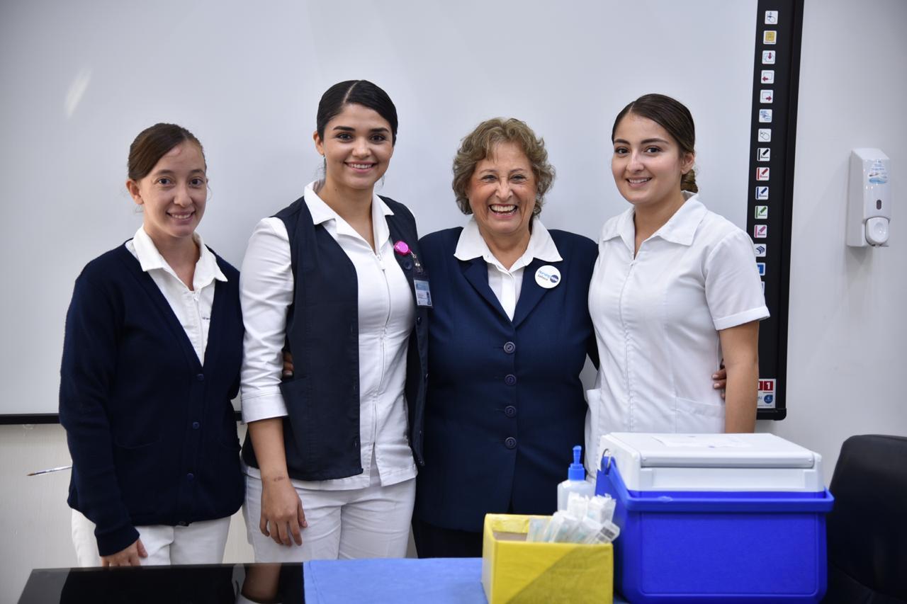 Equpo de enfermeras posando para la foto