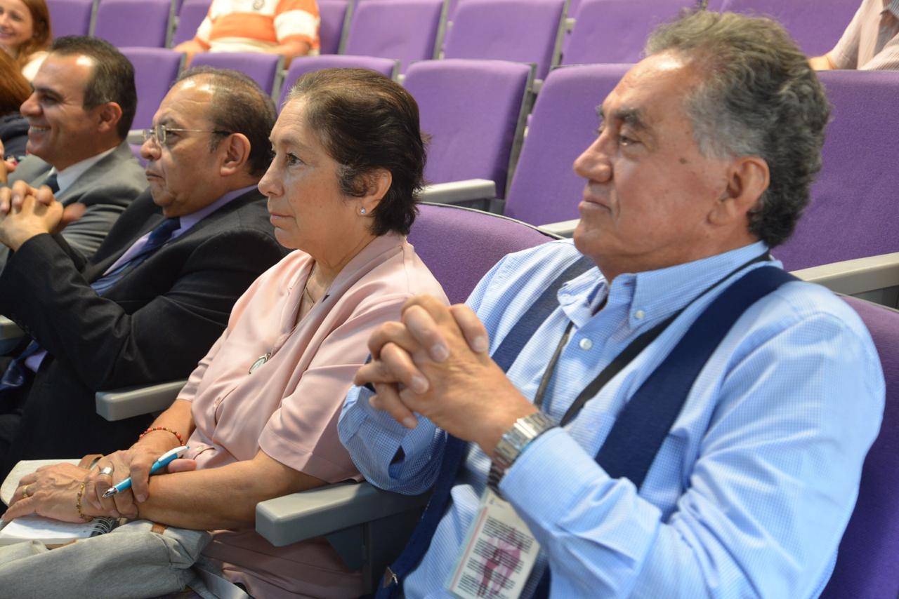 Académicos asistentes a la conferencia