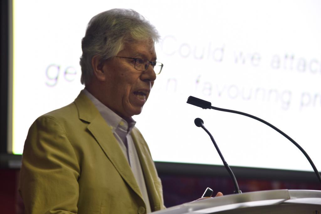 Segundo conferencista durante el conversatorio haciendo uso de la voz en pódium