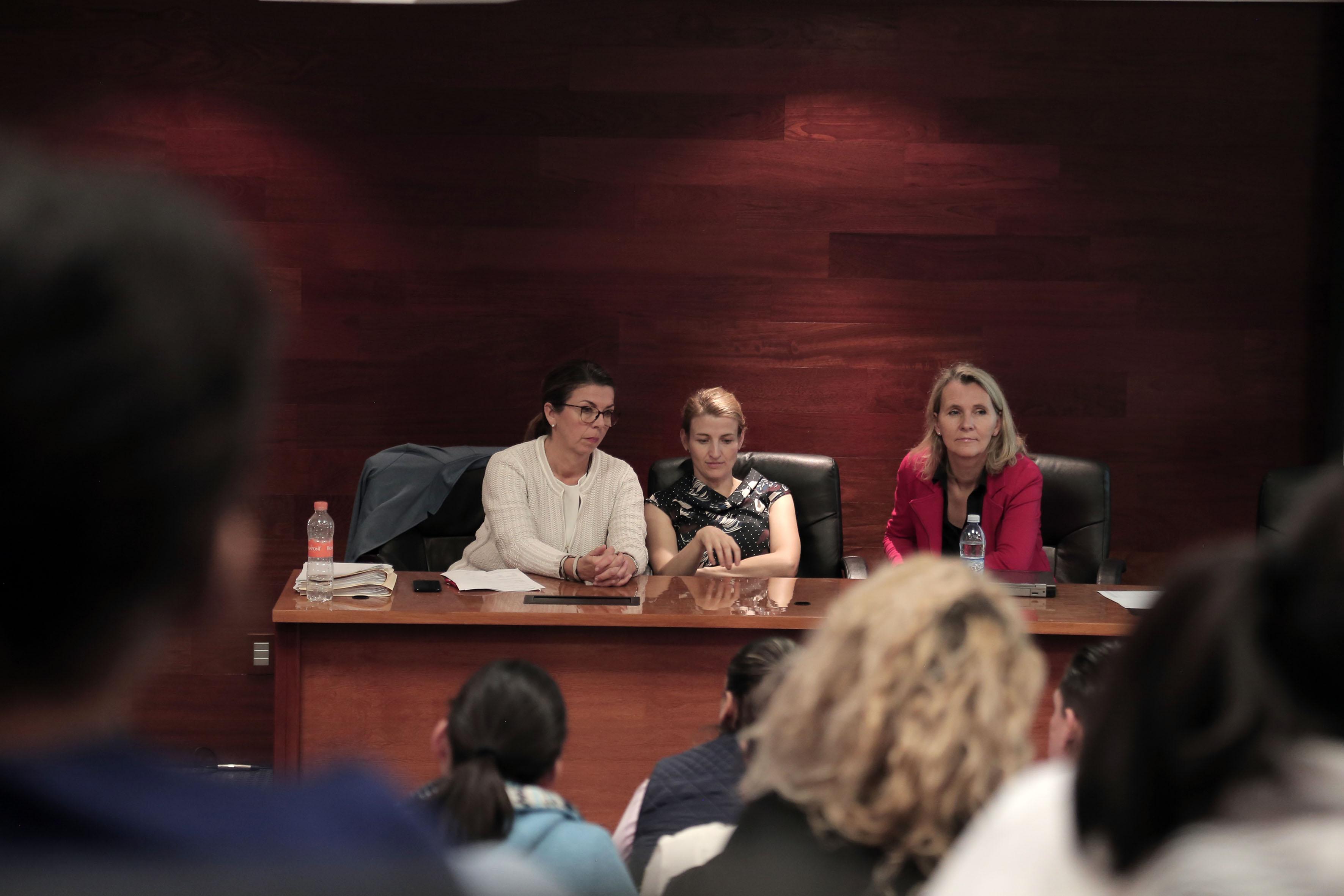 Equipo de reclutadoras en la mesa del presídium