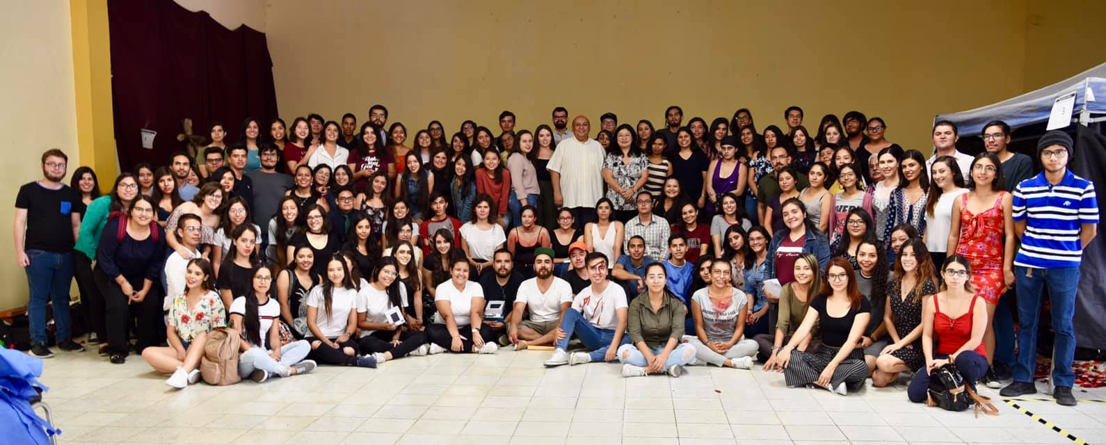 Foto panorámica del extenso grupo de participantes en Expo Forense