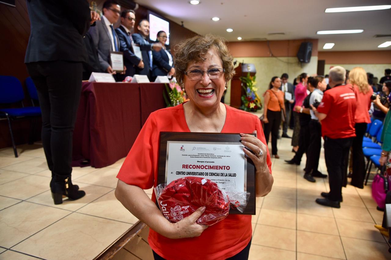 Dra. Cuquita exhibiendo su reconocimiento