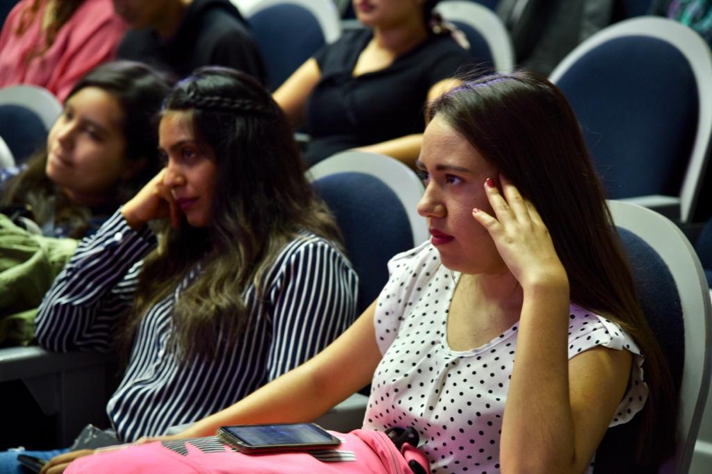 Estudiantes atentas a los contenidos del curso