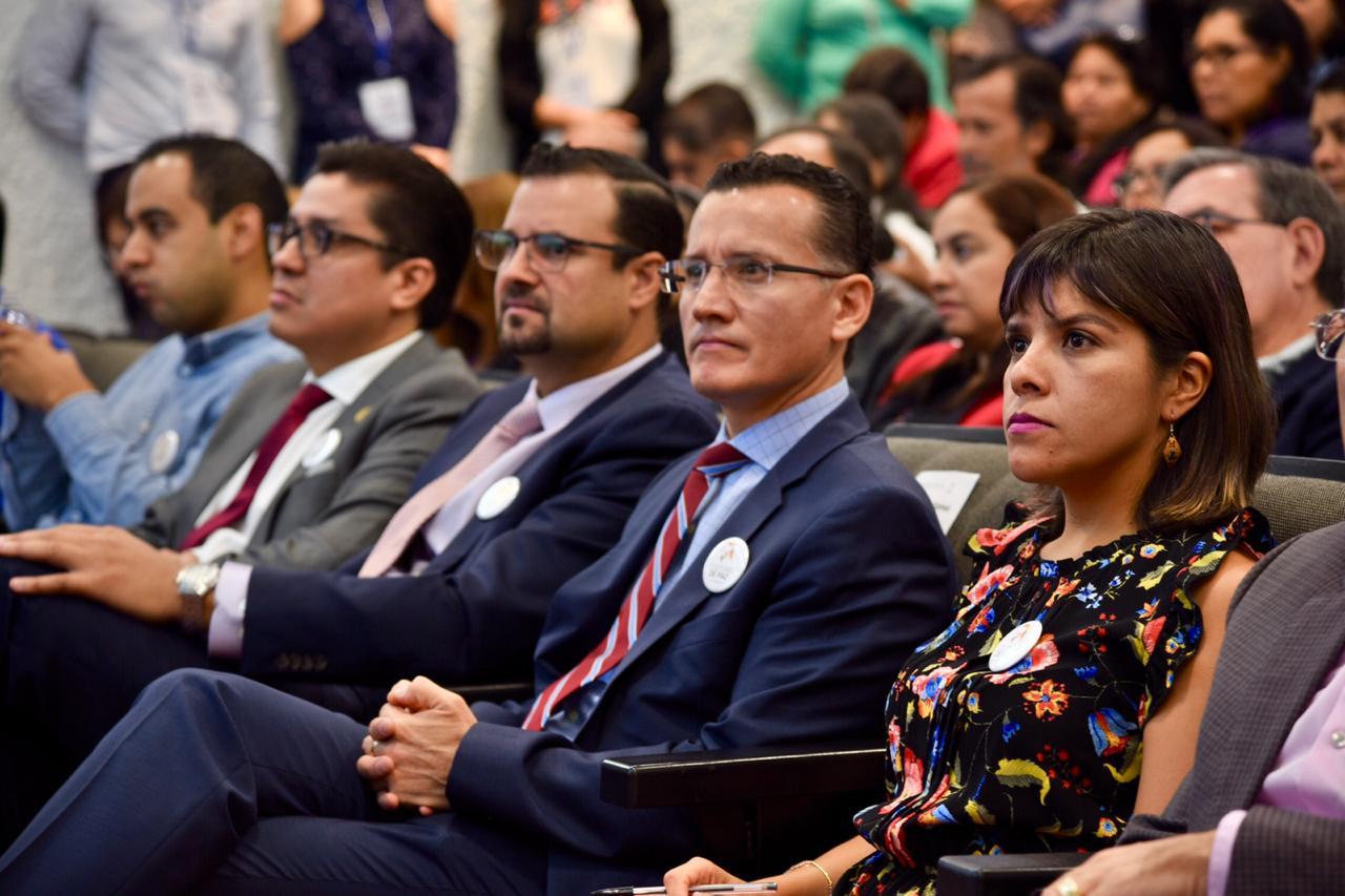 Autoridades del CUCS escuchando conferencia