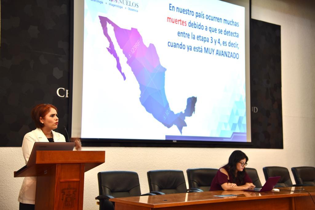 Conferenciasta en el pódium, al fondo una diapositiva con la imagen de la República Mexicana