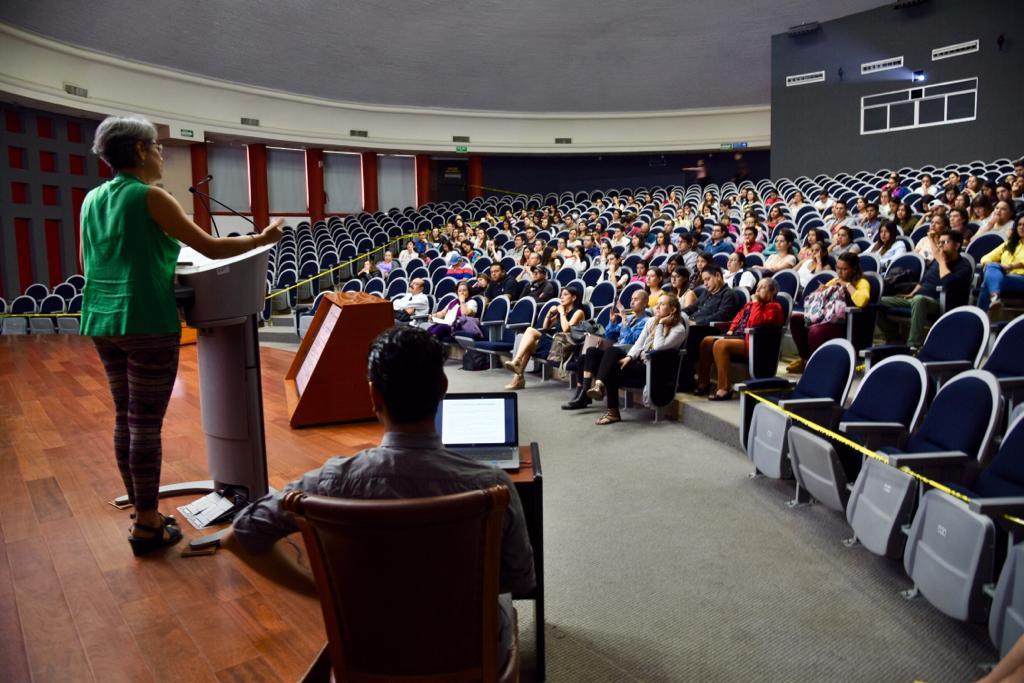 Vista general del auditorio con asistentes al conversatorio