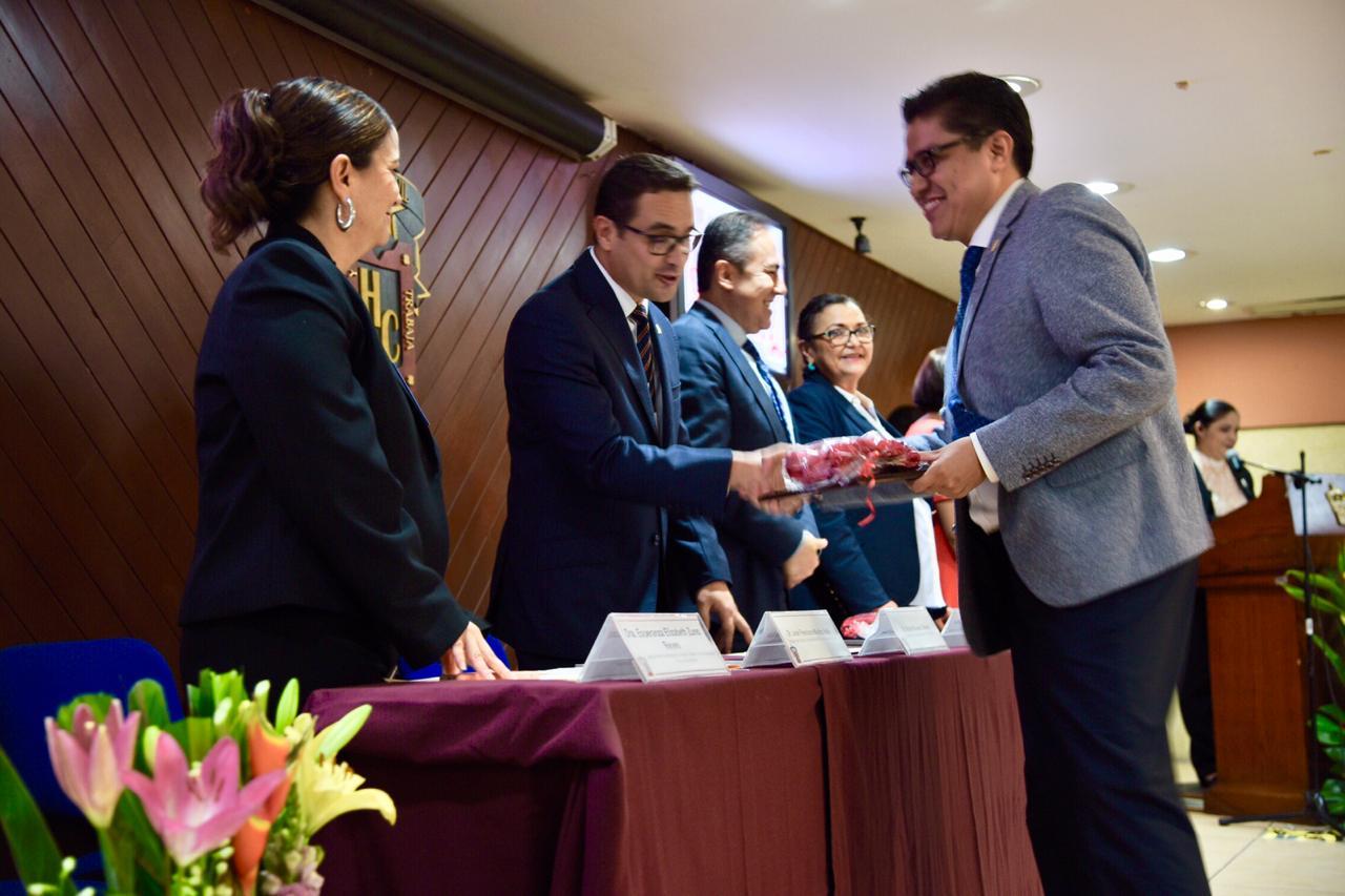 Dr. Muñoz recibiendo reconocimiento a nombre del CUCS